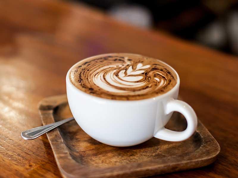 Kaffee und Kuchen in der Poscht in Silz - Shutterstock Andrey Sevkovskij